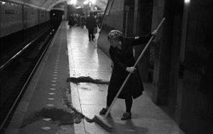 Уборка в метро опилками